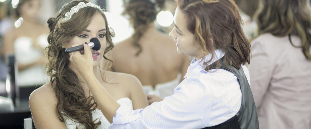 makeup ślubny - na ogół wykonywany jest w salonie kosmetycznym